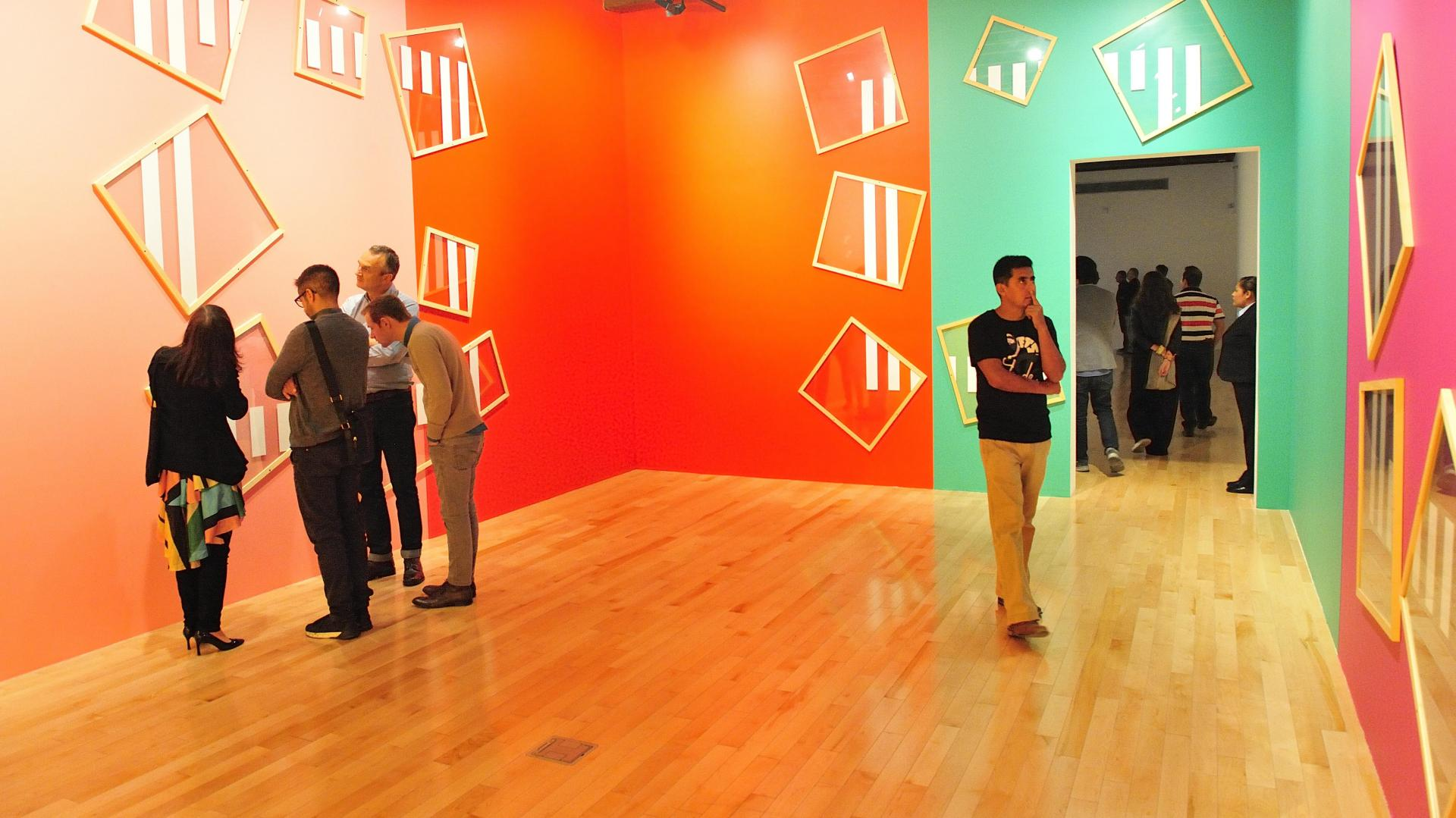 personas observando un exposición en el Museo Amparo