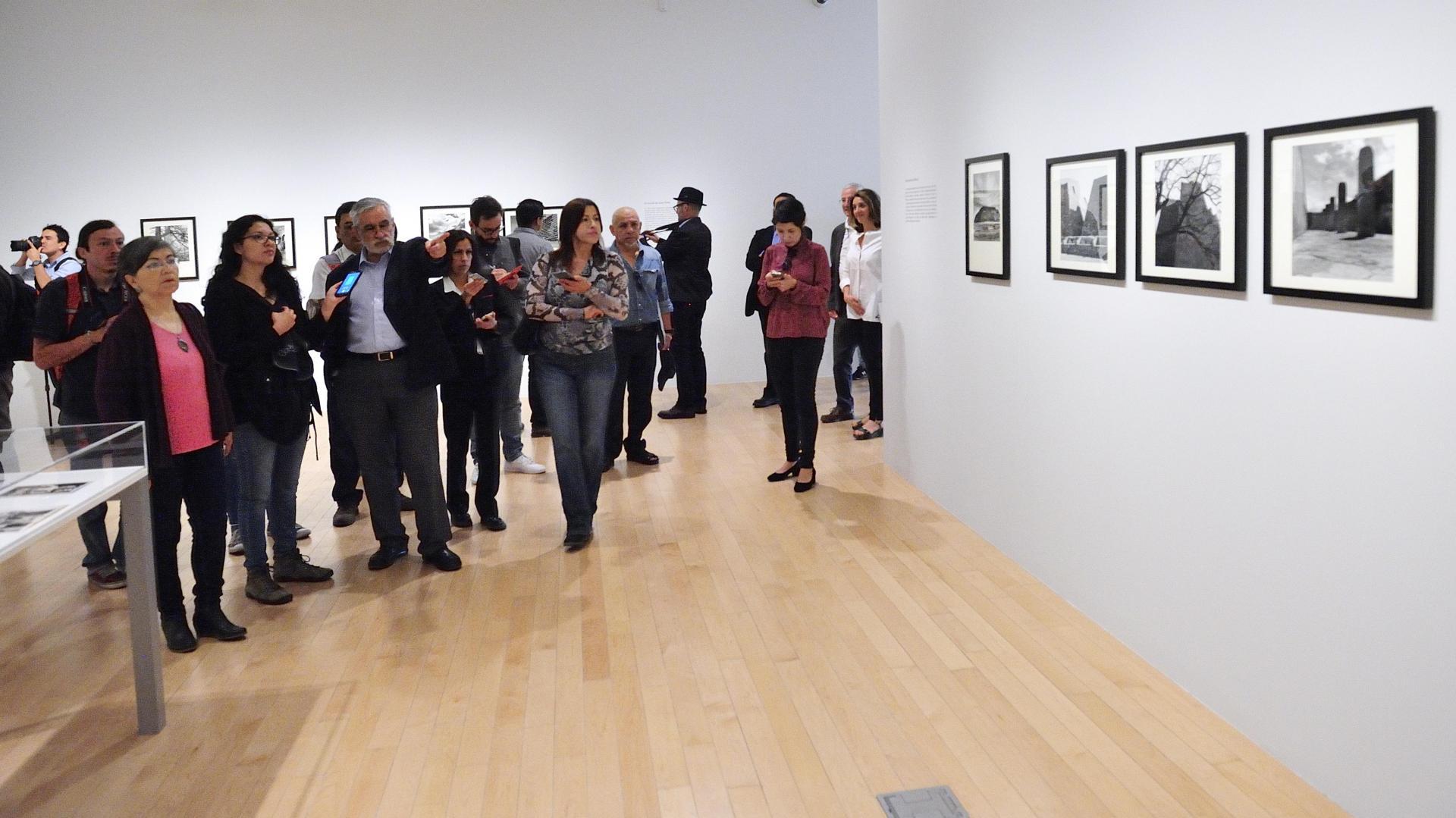 Personas platicando sobre la exposición El Fotógrafo Juan Rulfo