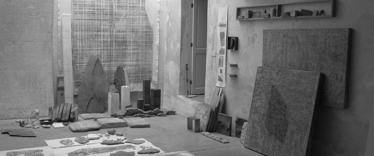 Taller José Alvarado 24 A. Vista de instalación en taller | Materia lítica: Memoria/Procesos/Acumulaciones | Museo Amparo, Puebla