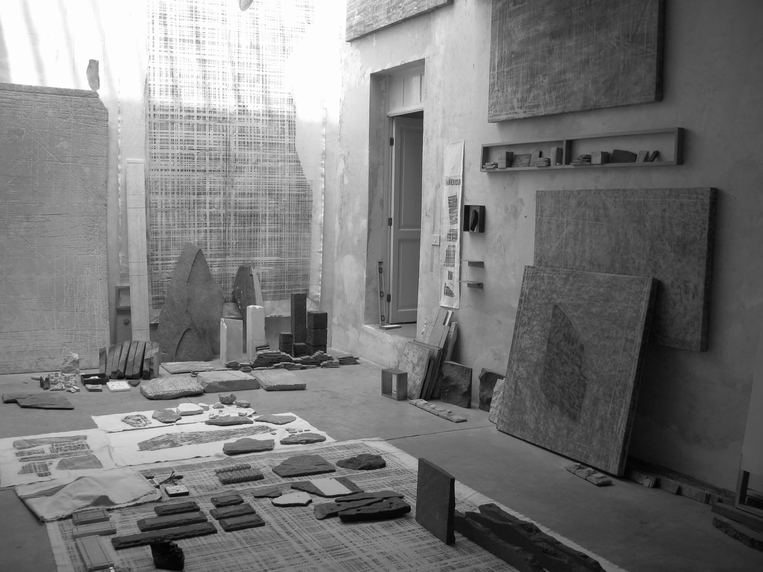 Taller José Alvarado 24 A. Vista de instalación en taller | Perla Krauze. Materia lítica: Memoria/Procesos/Acumulaciones | Museo Amparo, Puebla