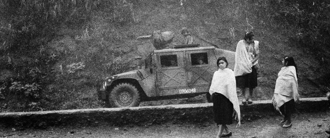 Un convoy militar en la entrada del campo de desplazados de Polhó. Dos años antes de la masacre de Acteal, el ejército ocupa aún la región.    Chiapas, insurrección zapatista en México, 1995-2013   Museo Amparo, Puebla