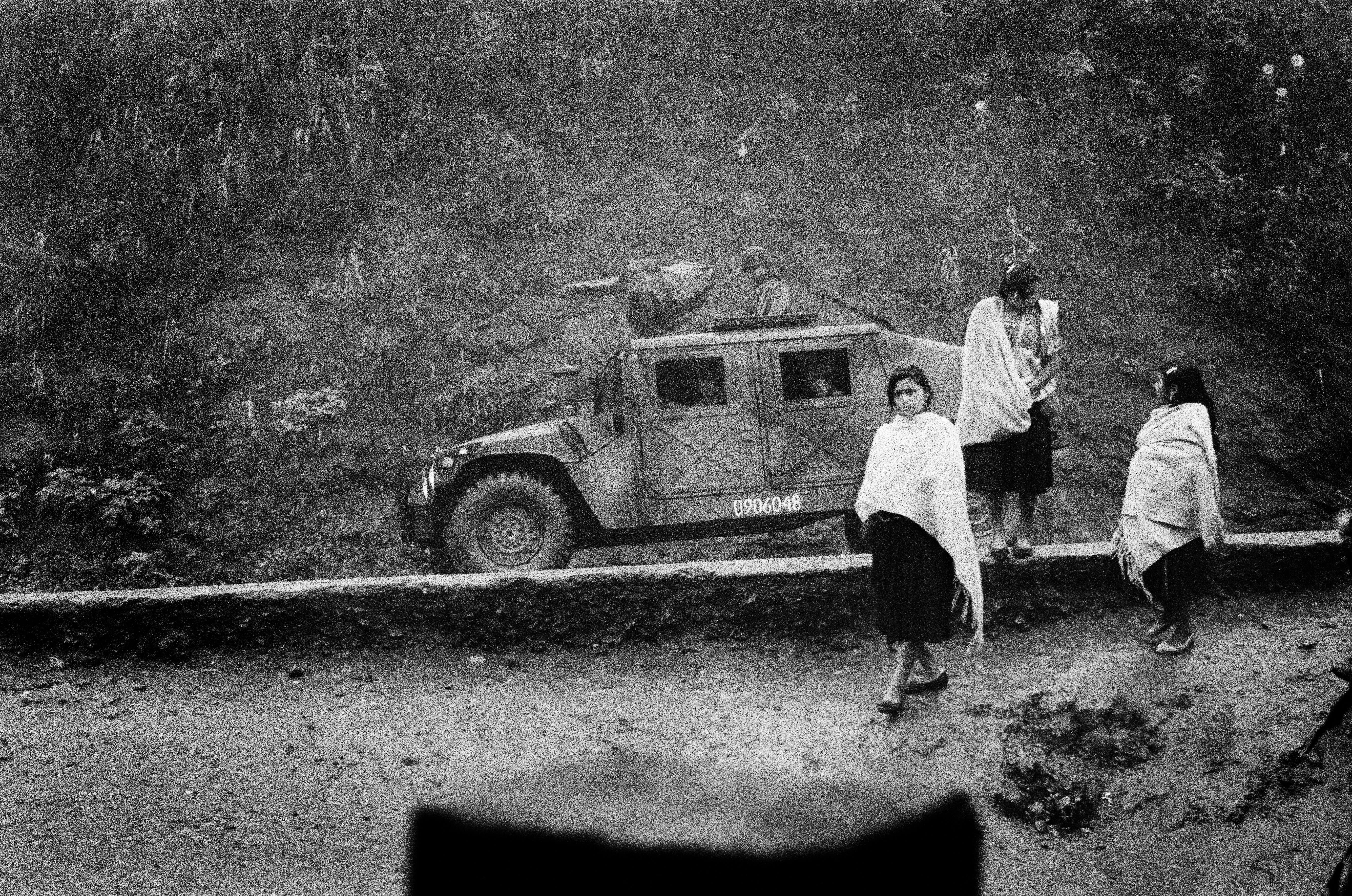 Un convoy militar en la entrada del campo de desplazados de Polhó. Dos años antes de la masacre de Acteal, el ejército ocupa aún la región.    Mat Jacob. Chiapas, insurrección zapatista en México, 1995-2013   Museo Amparo, Puebla