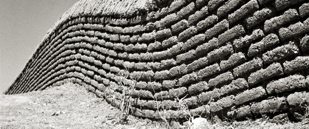 Barda de adobe | El fotógrafo Juan Rulfo | Museo Amparo, Puebla