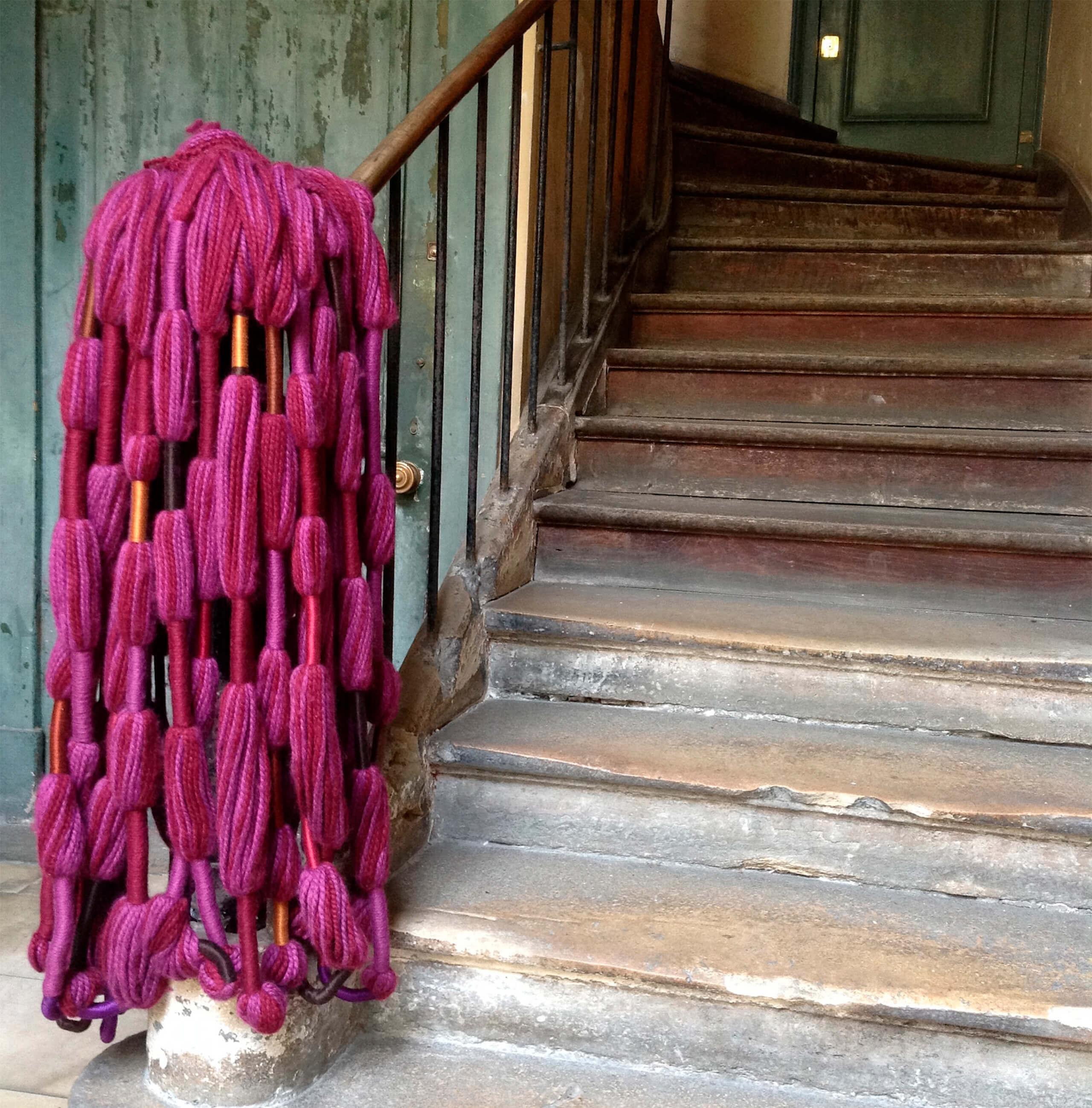 Perruque Aubergine   Sheila Hicks: Hilos libres. El textil y sus raíces prehispánicas, 1954-2017   Museo Amparo, Puebla