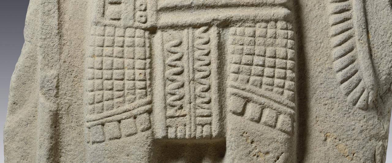 Estela con representación de gobernante | Divinos Señores de la Montaña. La Sierra Norte de Puebla en tiempos de El Tajín | Museo Amparo, Puebla