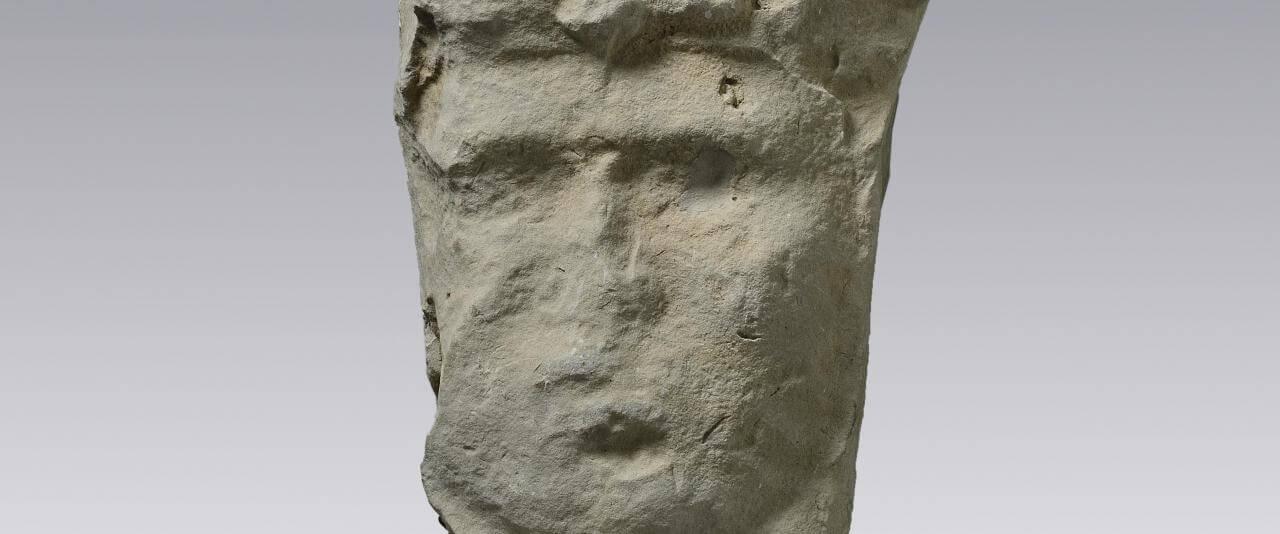 Fragmento de escultura que representa a un gobernante | Divinos Señores de la Montaña. La Sierra Norte de Puebla en tiempos de El Tajín | Museo Amparo, Puebla