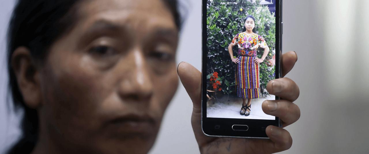 Dominga Vicente muestra una foto de su sobrina, Claudia Patricia Gómez González de 20 años, presuntamente asesinada por un agente de la patrulla fronteriza de Estados Unidos | Forasteros. De migrantes, refugiados y exiliados | Museo Amparo, Puebla