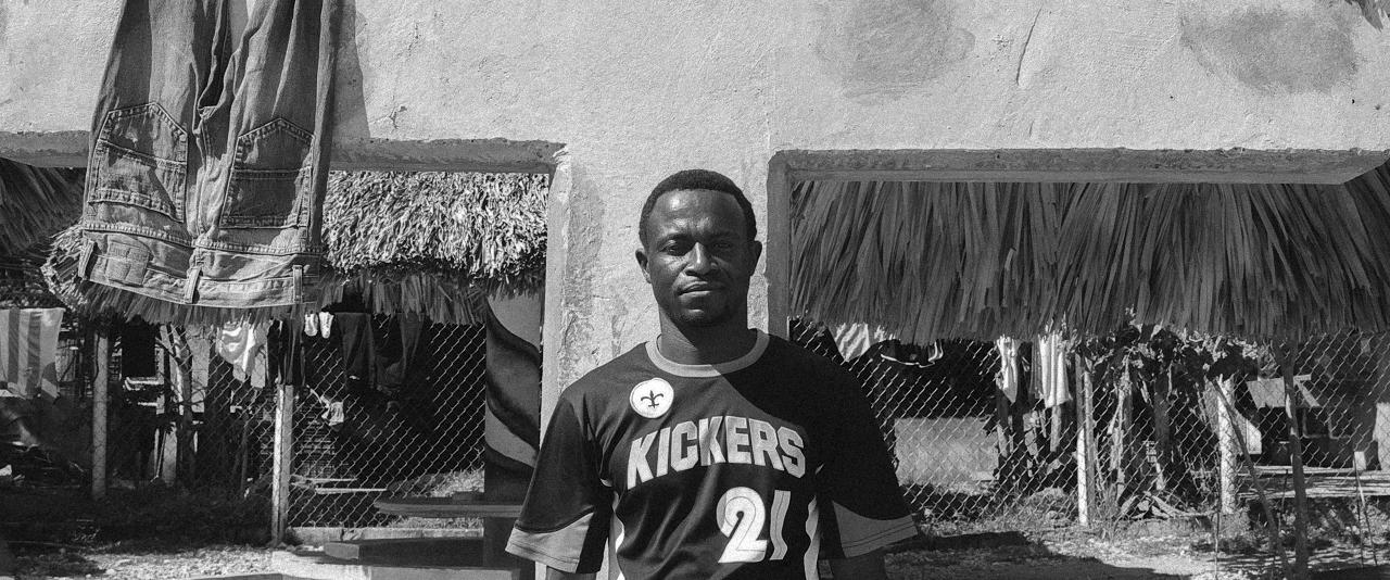 Antonio viajando de Ghana, África pasando por Tabasco, México para cruzar a los Estados Unidos  | Forasteros. De migrantes, refugiados y exiliados | Museo Amparo, Puebla