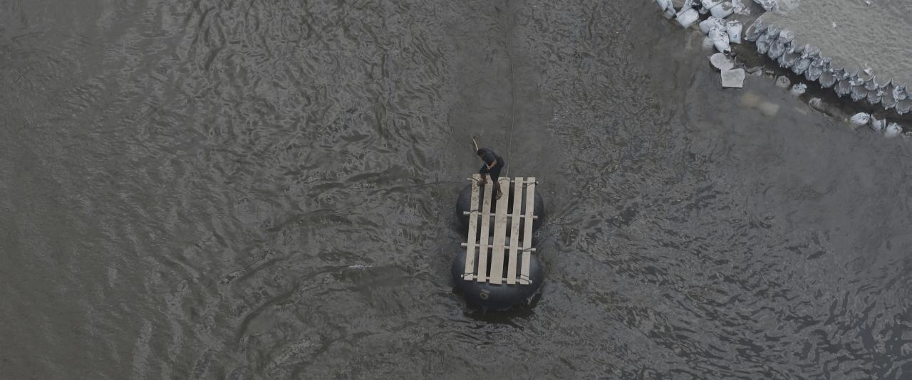 """""""Cámara"""" o balsa para cruce. Río Suchiate, frontera México-Guatemala   Forasteros. De migrantes, refugiados y exiliados   Museo Amparo, Puebla"""